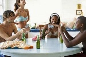 Dois casais jogando strip poker