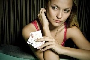 Uma garota sexy jogando strip poker