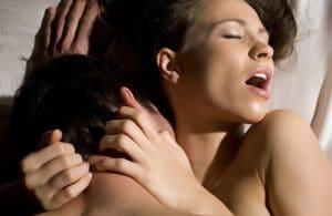 Mulher que goza fazendo sexo